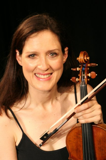 Zanta Hofmeyr - Gallery Photo - To Camera - Violin - Smile