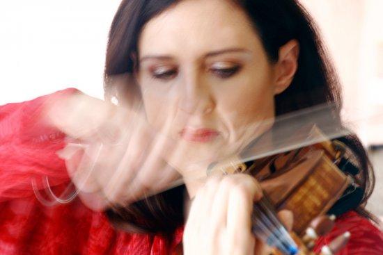 Zanta Hofmeyr playing violin